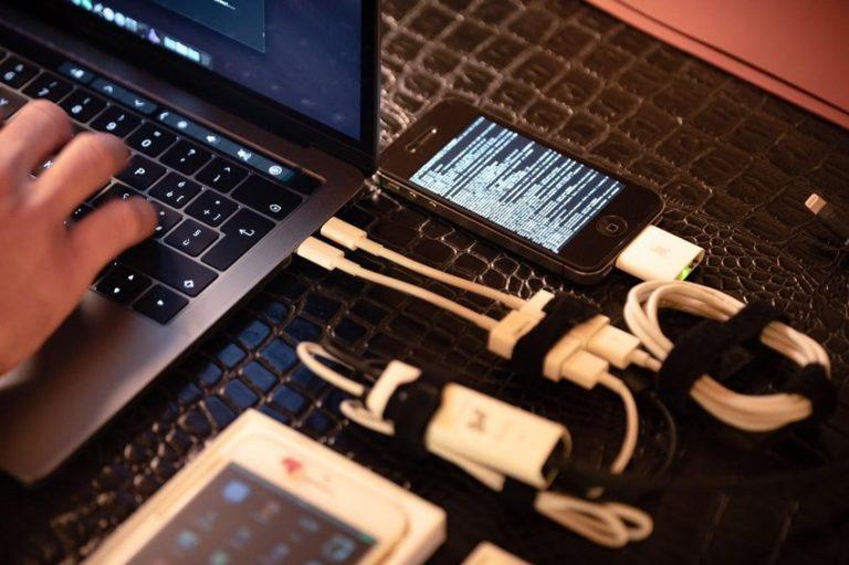 Apple poskytl data z iCloudu amerického senátora vyšetřovaného FBI