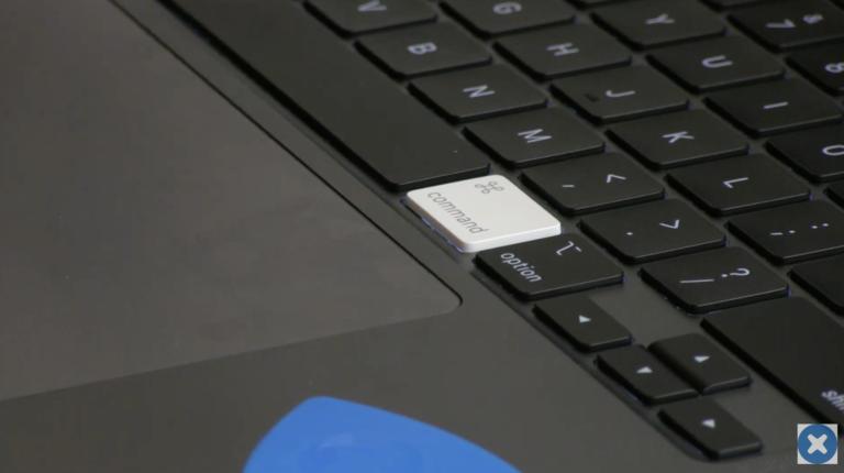 """Pod kapotou a klávesnicí nového 16"""" MacBooku Pro. Co lze vyměnit a co nikoli?"""