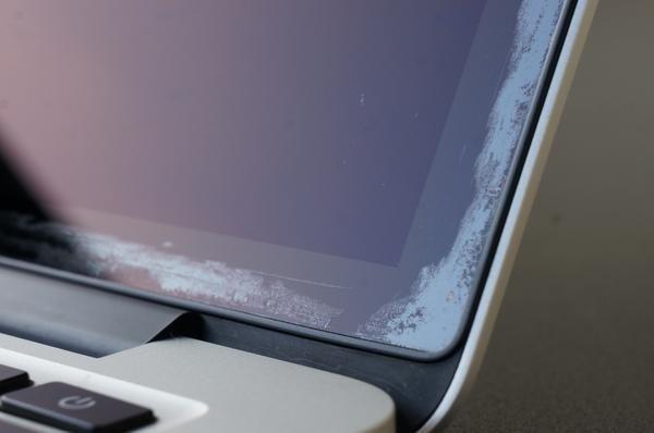 Výměnný program obrazovek s poškozenou antireflexní vrstvou pokračuje. Apple ale vyřadil počítače z let 2013–2014