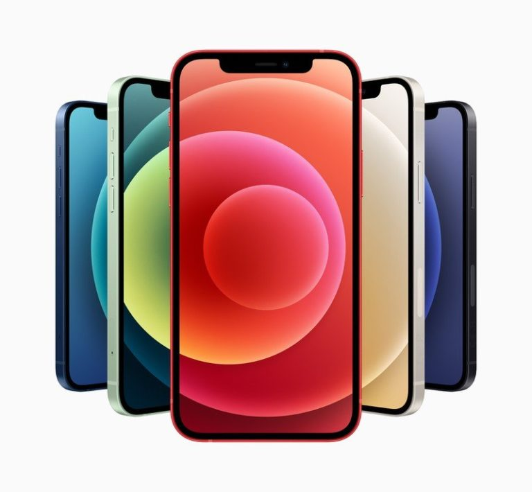 Přivítejte iPhone 12 mini, kompaktní telefon do kapsy s výkonným hardware a podporou 5G. Vedle něj pak stojí větší model iPhone 12