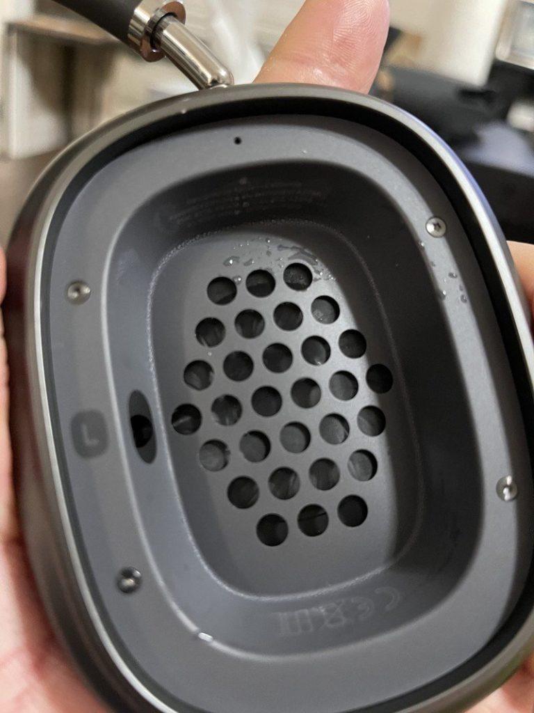Uživatelé AirPods Max si stěžují na vlhkost pod náušníky. Problém nebo běžný jev tohoto typu sluchátek?