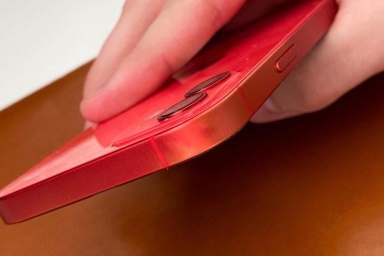 U některých modelů iPhone 11 a iPhone 12 ztrácí hliník svou barvu